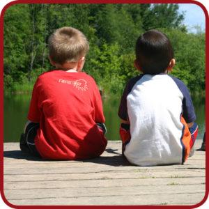 twee kinderen bij de waterkant