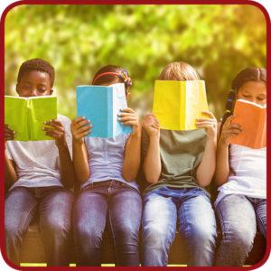 kinderen lezen buiten een boek