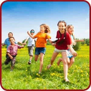 kinderen spelen buiten op een grasveld