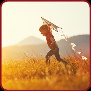 kind speelt met een vlieger